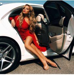 Piękna kobieta i cudowne auto