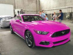 Mustangi, Ford i Pink